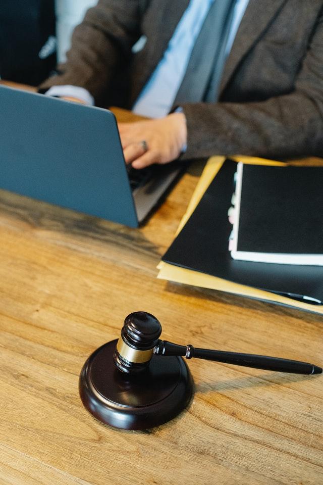 Einen Anwalt finden